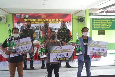 Danrem 102/Pjg Brigjen TNI Purwo Sudaryanto menyerahkan hadiah kepada pemenang lomba karya jurnalistik TMMD tingkat Kodim 1015/Spt.