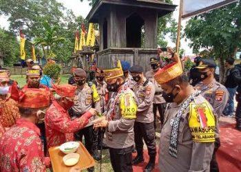Kapolda Kalteng Irjen Pol Dedy Prasetyo saat mendapat penyambutan secara  adat ketika mengunjungi rumah betang Minggu (25/10).