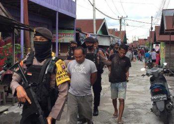 Para pelaku saat digiring anggota Polda Kalteng seusai menggerebek kampung narkoba Puntun Selasa (27/10).