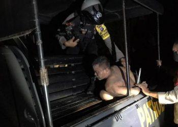 Salah saorang pelaku saat diamankan anggota Ditsamapta Polda Kalteng Rabu (28/10) dini hari tadi.