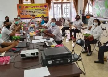 Suasana rapat Penyusunan Pedoman Penetapan Status Keadaan Darurat Bencana Banjir, Angin Puting Beliung dan Tanah Longsor di Wilayah kalteng, BPBPK Kalteng. (Poto: MMC Kalteng)