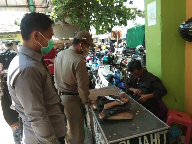 Tim yustisi saat memeriksa pedagang yang tak memakai masker Minggu (1/11/2020)