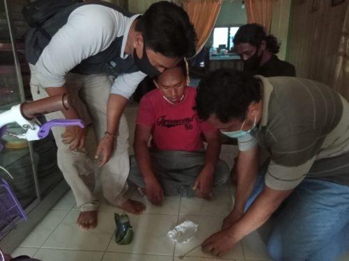 Anggota Satreskrim Polres Kapuas saat menggeledah pelaku Senin (2/11)