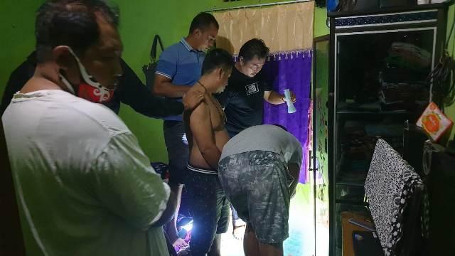 Anggota saat menggerebek rumah pelaku dan mengeledah barang bukti sabu Selasa (3/11)