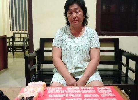 Tersangka saat diamankan bersama barang bukti 220 paket sabu di Mapolda Kalteng, Kamis (5/11)