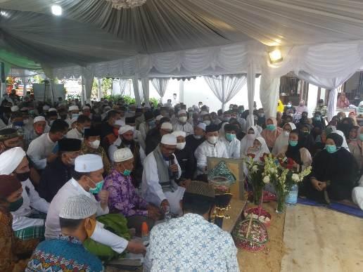 Ratusan pelayat saat menghadiri pemakaman H Sabran Sabtu (7/11)