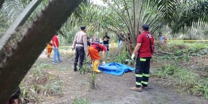 Petugas kepolisian saat mengevakuasi jasad korban seusai ditemukan kamis (12/11)