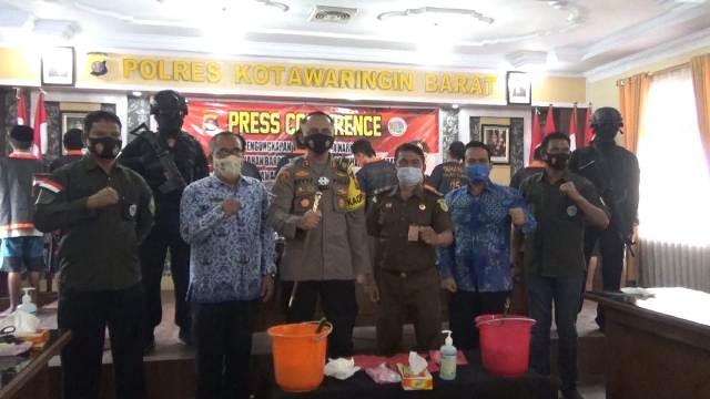Kapolres Kobar AKBP Devy Firmansyah saat memimpin pemusnahan barbuk sabu di Mapolres Kobar Selasa (17/11)
