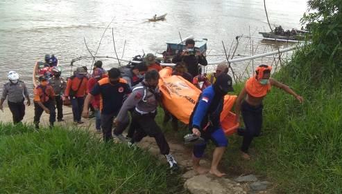 Warga saat mengevakuasi jasad korban seusai ditemukan Selasa (17/11) siang