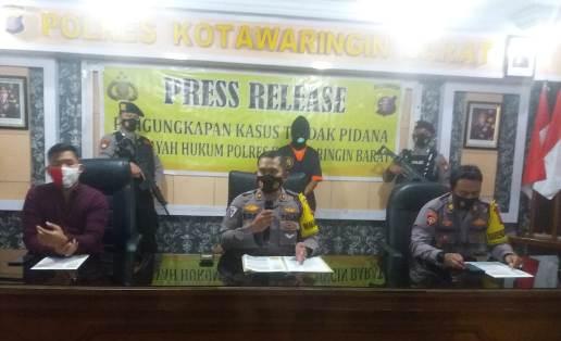 Waka Polres Kobar Kompol Boni saat memberikan keterangan kepada awak media, saat press release di Mapolres Kobar Sabtu (21/11/2020)