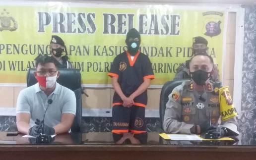Kapolres Kobar AKBP Devy saat memberikan keterangan kepada awak media, ketika menggelar press release di Mapolres Kobar Minggu (22-11-2020)