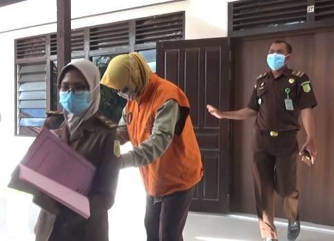 Mantan Kades Natai Kerbau SW saat diamankan di Kejari Kobar Senin (23-11)