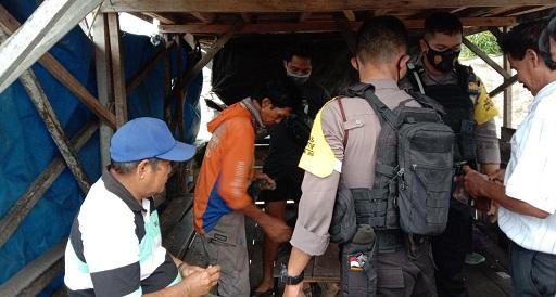 Empat pelaku perjudian saat diperiksa anggota Ditsamapta Polda Kalteng saat digerebek Minggu (29/11) sore.