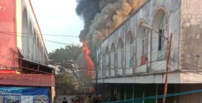 Kobaran api saat melahap bangunan ruko di komplek PBB  Muara Teweh Rabu (11/11) sore