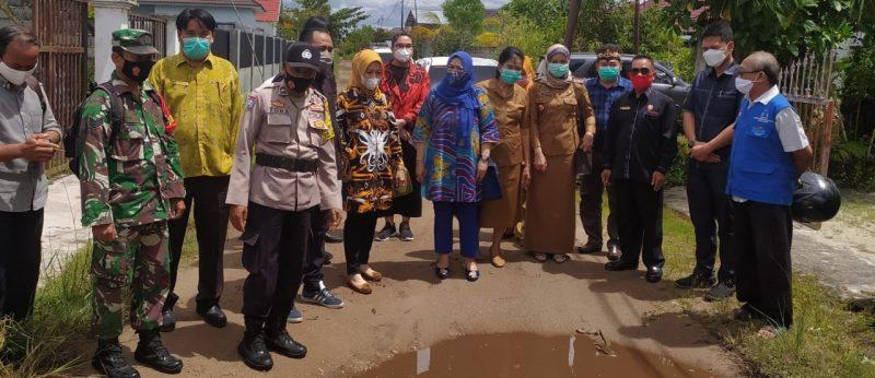 Jajaran wakil rakyat dapil II Kecamatan Jekan Raya, usai melakukan reses di Kelurahan Menteng. Foto : Ra