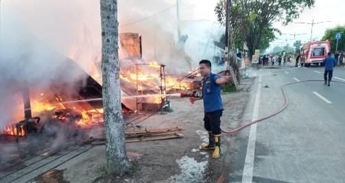 Petugas Damkar Palangka Raya saat melakukan pemadaman api di lokasi kejadian Selasa (1-12)