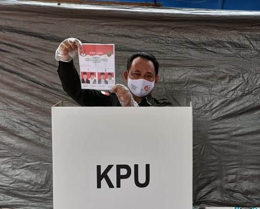 Ketua KPU Kalteng Harmain saat menggunakan hak pilihnya di TPS Rabu (9-12)