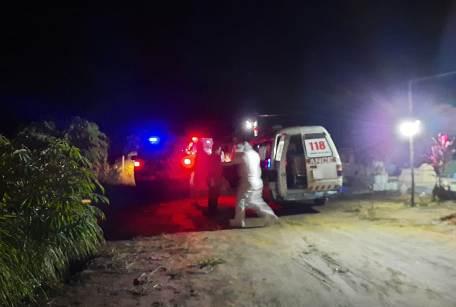 Petugas medis RSUD Imanuddin dan pemakaman saat memakamkan jenazah dua pasien covid-19 Selasa (15/12) malam.