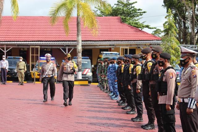 Kapolres Kobar AKBP Devy Firmansyah saat mengecek personel ketika memimpin apel gelar pasukan di halaman Mapolres Kobar Senin (21/12).