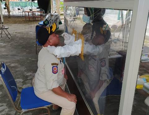 Kepala Satpol PP dan Damkar Kobar Majerum Purni saat menjalani rapid test Selasa (22/12).