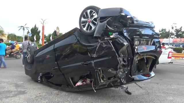 Mobil yang ditabrak saat terbalik di sekitar kawasan Bundaran Pancasila Minggu (27/12).
