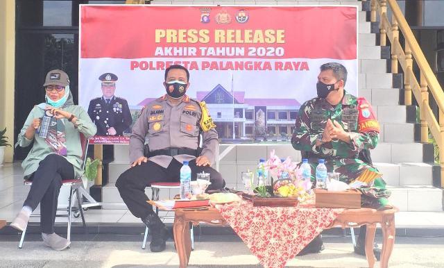 Kapolresta Palangka Raya Kombes Pol Dwi Tunggal Jaladri saat menggelar press release Kamis (31/12).
