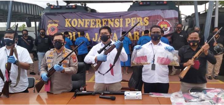 Kabid Humas Polda Jabar Kombes Pol Erdi Adrimulan Chaniago saat memperlihatkan barang bukti Rabu (30/12).