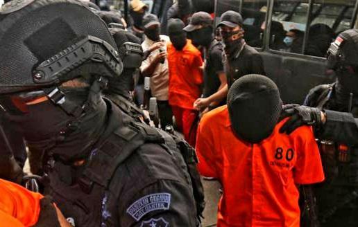Para pelaku anggota teroris JI saat digiring aparat, Kamis (17/12).