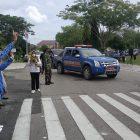 Wali Kota Palangka Raya, Fairid Naparin pada saat melepas rombongan penyaluran bantuan, di halaman kantor Wali Kota Palangka Raya, Senin (18/1/2021). Foto : Ra