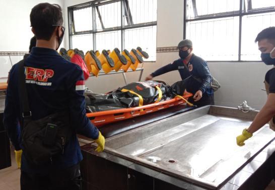 Jasad korban saat dievakuasi ke kamar mayat RSUD Doris Sylvanus Palangka Raya Jumat (1/1/2021).