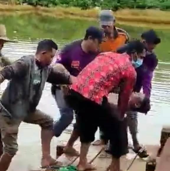 Warga saat mengevakuasi jasad korban dari sungai Minggu (3/1) pagi.
