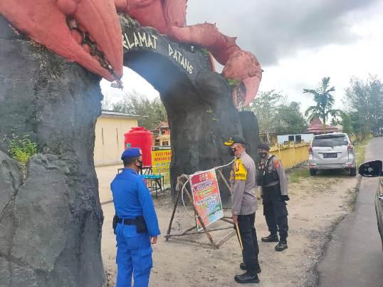 Kapolres Kobar AKBP Devy Firmansyah saat meninjau objek wisata Pantai Kubu Minggu (3/1).