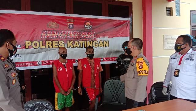 Kapolres Katingan AKBP Andri Siswan Ansyah saat mengintrogasi kedua pelaku Kamis (7/1/2021).