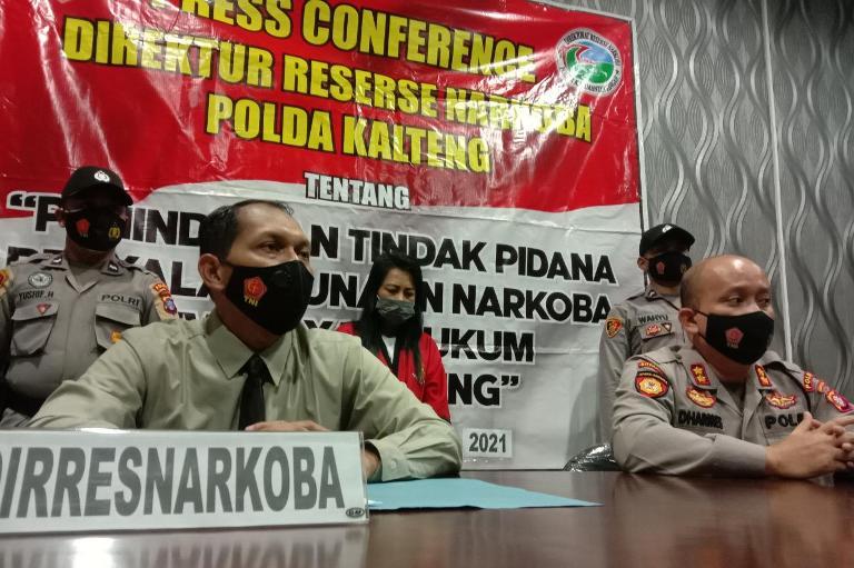 Dirnarkoba Kombes Pol Nono Wardoyo saat memberikan keterangan kepada awak media, saat konferensi pers Jumat (8/1).