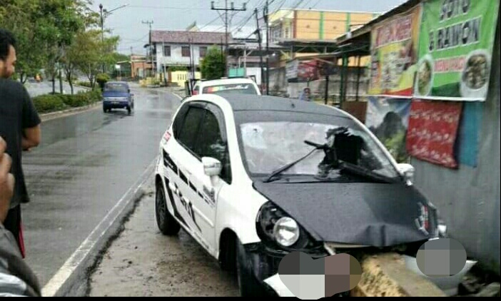 Mobil saat menabrak pembatas tepi jalan di Jalan Diponegoro Sabtu (9/1).