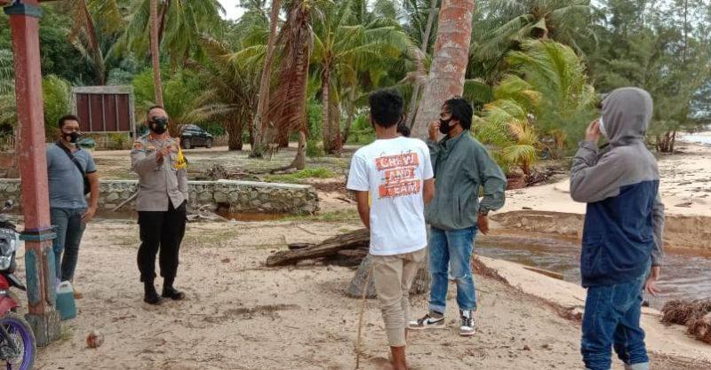 Kapolres Kobar AKBP Devi Firmansyah saat berdialog dengan warga Pantai Kubu Minggu (10/1).