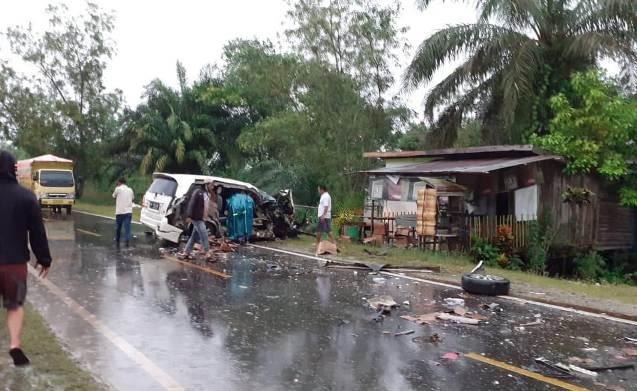 Mobil saat berada di lokasi dalam kondisi ringsek berat hingga ban mobil depan lepas, Rabu (13/1).