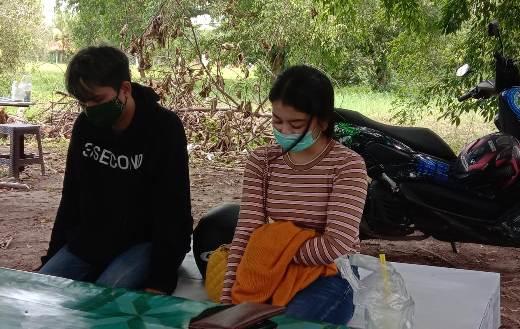 Keduanya saat tertunduk pasrah saat dibawa ke Mapolda Kalteng.