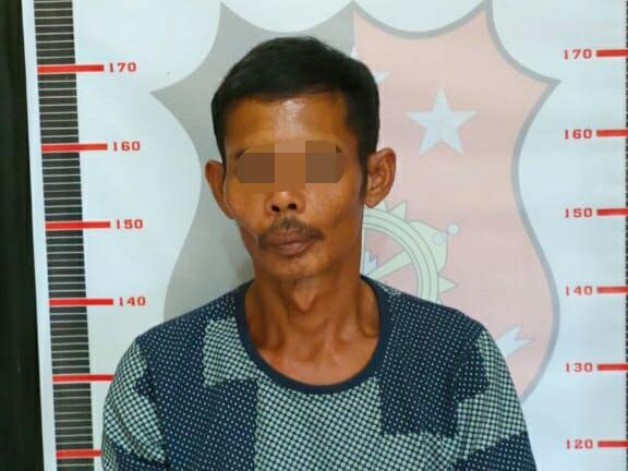 Tersangka saat diamankan di Mapolsek Mentaya Hulu Minggu (17/1).