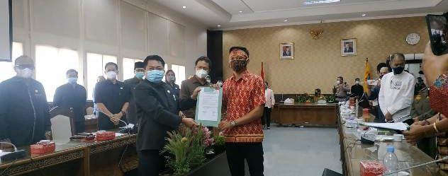 Penyerahan aspirasi oleh Aliansi Masyarakat Peduli Kalimantan Tengah kepada Ketua DPRD Kalteng, Senin (18/1).