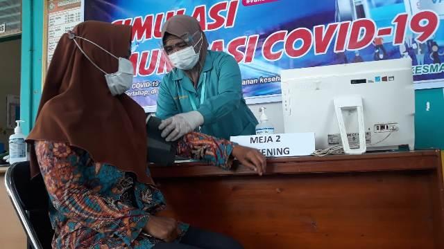Petugas medis Pukesmas Baamang 1 saat simulasi pemberian suntik vaksin, Selasa (19/1).