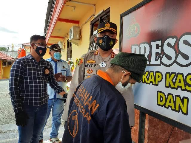Kapolres Kobar AKBP Devy Firmansyah saat mengintrogasi pelaku Selasa (19/1).