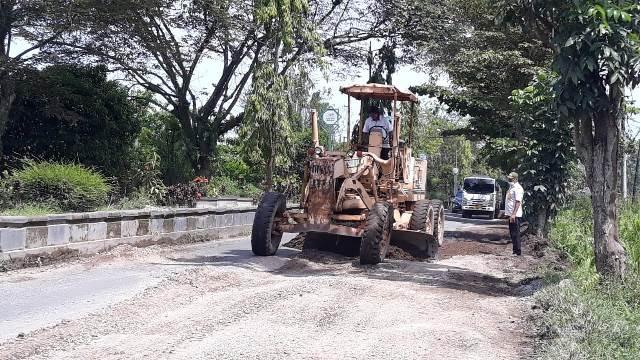 Ruas Jalan HM Arsyad saat mulai diperbaiki menggunakan alat berat, Rabu (20/1).