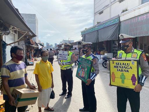 Anggota Satlantas Polres Katingan saat memberikan imbauan di Pasar Hampalit Rabu (20/1).