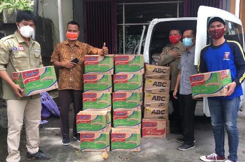 Eko saat mempelihatkan bantuan bagi korban banjir Kalsel, ketika menjadi relawan Palangka Raya Rabu (21/1).