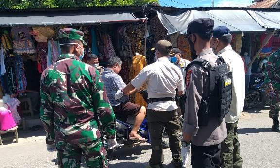 Petugas gabungan saat menjaring warga pengendara yang tidak memakai masker Jumat (22/1).