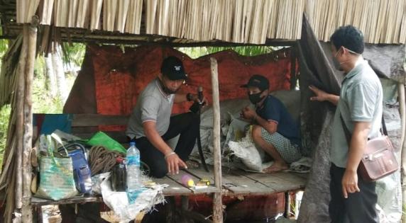 Tersangka saat diamankan anggota Polsek Jaya Karya dan disuruh memperlihatkan TKP lokasi kejadian Sabtu (23/1).