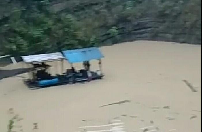 Lokasi tambang yang tenggelam ditimbun air akibat jebolnya tempat penampungan, Senin (25/1).