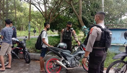 Anggota saat menahan sepeda motor remaja yang hendak balap liar Jumat (29/1).