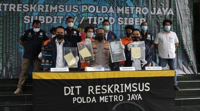 Kabid Humas Polda Metro Jaya, Kombes. Pol. Drs. Yusri Yunus saat memperlihatkan barang bukti  kepada awak media.